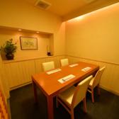 テーブル席の個室は3部屋ございます。お部屋を繋げて最大12名様のご宴会も承っております。