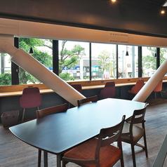 ワイドなテーブルにお洒落な椅子のお席は2~4名様まで!広めのテーブルだからお食事をいっぱい頼んでも窮屈にならず、ゆっくりお寛ぎいただけます。少人数での飲み会やプチ宴会に◎
