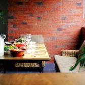 レンガの壁と木製テーブルが心地良い3~4名様用のソファ席。ソファー席は女子会にピッタリ★