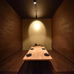 隠れ家のような個室席は周りが気にならないプライベートな空間をご用意しております。気取りすぎない和個室なら親しいご友人との飲み会にも話が弾みます。
