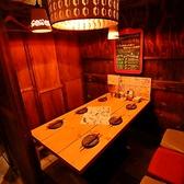 【2F】扉付きテーブル個室6名様席。個室の仕切りを取り外して開放的な空間になります。隣の席と結合して10名様の席や20名様の席など色々対応できます