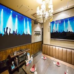 【プロジェクタールーム】大型スクリーンで配信ライブなど大迫力の映像が楽しめます!Blu-rayプレーヤーも完備!