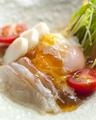 料理メニュー写真新玉葱と魚貝と温玉のジュレポンサラダ