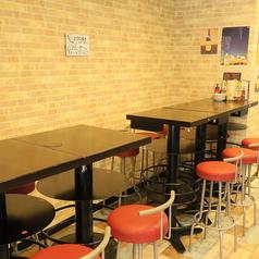 【6名テーブルx1卓ございます】3名様~6名様までご利用可能です。4名様テーブルとくっつけて最大10名様でご利用可能です。