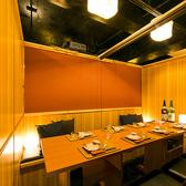 【扉付完全個室】9名様~16名様。ご宴会に最適な個室席。片側が全て扉になっておりご移動もスムーズです。プライベート空間でごゆっくりご宴会をお楽しみください。
