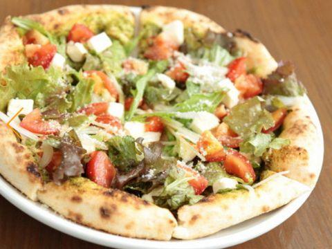 生地からこだわって手作りし、窯で本格的に焼き上げる本格窯ピザはどれも絶品。