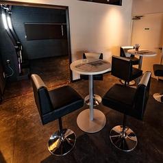 【1階Barフロア】6名様までのテーブルのお席、その他ダーツ側テーブル4名様も有。