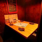 【2F】扉付きテーブル個室4名様席。個室の仕切りを取り外して開放的な空間になります。隣の席と結合して10名様の席や20名様の席など色々対応できます