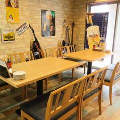 【4名テーブルx4卓ございます】2名様~4名様までご利用可能です。6名様テーブルとくっつけて最大10名様でご利用可能です。