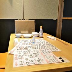 各テーブルに手指除菌用スプレーを配置しております!