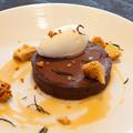 料理メニュー写真ローズマリー風味のチョコレートブティーノタルト