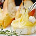 料理メニュー写真カマンベールチーズの丸焼き~バケット添え~