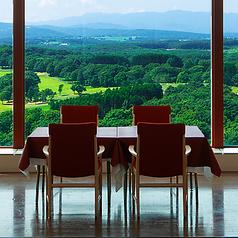 ★窓際の席は北海道の風景を楽しめる特等席★4名様でお座りいただける円卓やテーブル席をご用意しております。 ※コロナウイルスの影響で、席を一部縮小してご案内しております。