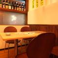 テーブルの後ろにはこだわり焼酎や日本酒がびっちり!見てて楽しいのもウリです♪