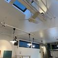 【開放感抜群!!】2Fのセルフサービスフロアは高い天窓が特徴の開放感抜群のスペースです!!カウンター/テーブル/ソファー席とゆったりとくつろげるスペースになっているので、是非お越しくださいね♪