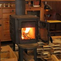 薪ストーブで店中を暖かな空気で満たします