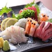 【やまかしのこだわり3】炭火焼きにこだわるやまかしだが、魚も侮るなかれ。毎日、店長が市場へ行き納得した新鮮な魚だけを使用。 旬やその日の漁を見て、季節感を感じさせる選別を心がけています。