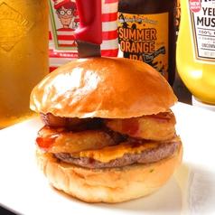 料理メニュー写真カウボーイチーズバーガー ◆オニオンリングを豪快に挟み、BBQソースを加えました!人気急上昇中!