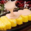 料理メニュー写真トロトロチーズのだし巻き 明太マヨがけ