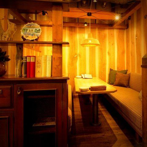 個室スペース♪合コンや女子会など、ソファでまったり会話も楽しみたいときにはこちらへ。ランチ・カフェからディナー・バータイムまで使い勝手良しなお店。お気軽にお立ち寄り下さい!