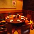 【円卓テーブル】顔を合わせながらお食事が出来るのも円卓の魅力。ごゆるりと飲食をお楽しみ下さい。