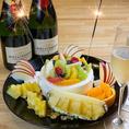 """〈お誕生日や記念日に♪〉コースの最後にお出しする「びっくりデザート」を無料でメッセージ付きデザートプレートに変更可能♪厚切りハニートーストにフルーツやアイスをトッピングし、舟盛りで登場する驚きのスイーツ!誕生日会には""""HAPPY BIRTHDAY""""の飾りと花火を添えて、いっそうサプライズな演出に☆"""