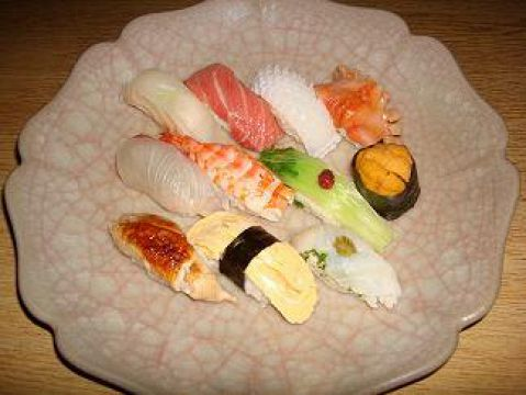 博多近海の新鮮な魚が色とりどりに並びます。