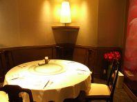 丸テーブルのある個室
