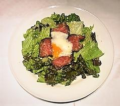 料理メニュー写真ローストビーフ&半熟たまごのサラダ~シーザードレッシング~