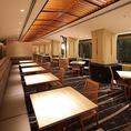 片側がソファ、もう片側がウッドチェアのテーブル席です。1卓ずつゆったりとお座りいただけるレイアウト。ほかのお客様に気兼ねなく、お食事と会話をお楽しみいただけます。横一列にテーブルをつなげることもでき、最大12名様までの団体様にも対応いたします。