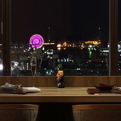 目の前の窓からは、大阪ベイエリアの絶景を眺められます。横並びにお座りいただき、会話はいっそう盛り上がります。デートはもちろん、親友と二人きりで語り合う夜にも◎ 各テーブル間に仕切りを設け、プライベートな演出もばっちり。特別な時間をお過ごしいただけます。