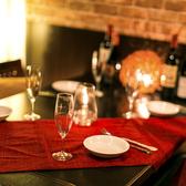 ダウンライトが上品な雰囲気を醸し出す個室席。デートや女子会、ちょっとした飲み会にお使いいただける大人気のプライベート個室です。女同士でワイワイ、仕事帰りの一杯にぜひご来店ください!