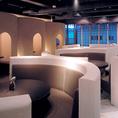 隠れ房新宿店の名物!?円卓ソファー席。丸いテーブルを囲むようにお座り頂くお席となります。(4~6名席)