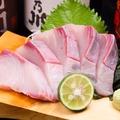 料理メニュー写真鯛・すだち鰤・鮪・鰹・赤貝・鰆の炙り
