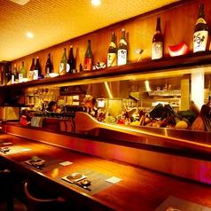 全種類の日本酒を眺めることができるカウンター席もオススメです!日本酒や厳選された新鮮食材が並び、巨大な生け簀も望むことができるカウンター席はお1人様でも大歓迎!目の前で職人技を見ながら、心ゆくまで日本酒と美味しいお料理をお楽しみください。