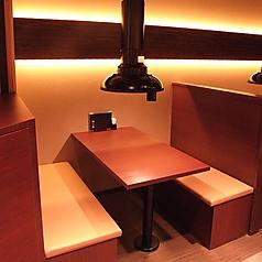 4名様用のボックス席は一つ一つ仕切られていて、親しい人と話しながらお食事するのにも最適♪