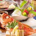 魚介類は旬が一番!その時々に一番美味しいものを召し上がって頂くために仕入れるお魚も日々変わります☆料理長が選んだ、こだわりのお魚は、北海道紋別港から直送の新鮮鮮魚!お祝いに最適な「タイ」、お刺身から煮魚焼き魚まで定番の「イサキ」などなど…今の時期に合わせた旬の魚介類を仕入れています☆