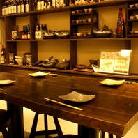 日本酒やこだわりの器がズラリと並ぶ店内