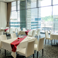 広々とした空間の中、それぞれ距離を取ってテーブルを配置することで、お客様だけの空間に様変わり。