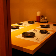 四辺はしっかりと仕切られている完全個室となっております。和情緒漂う個室空間でのご宴会をお楽しみ頂けます。ご宴会は、2h飲み放題付2,980円(税抜)~お値段別に各種ご用意しております。赤坂での各種宴会に◎!