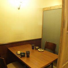 カップルやご夫婦でのお食事にも最適。2名様でご利用できる個室も完備!