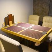 【テーブル席】 上質なテーブル席は様々なシーンでご利用いただけます。銀座にありながら、気張らずに気軽に立ち寄れる癒しの空間です。お気軽にお立ち寄りください。