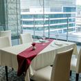 窓側のお席は、鹿児島の街並みを見渡すことの出来る特別なお席です。女子会やランチ会、ご友人とのお食事使いなど幅広いシーンでご利用ください。