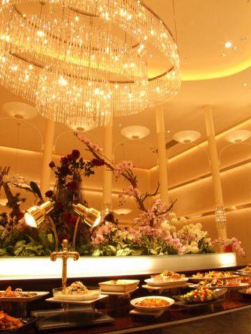 シャンデリア煌くスタイリッシュな空間。5~60名の大小個室はパーティにも最適☆