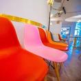 カラフルな椅子は立食時は写真のように壁につけて着席スペースに出来ます!