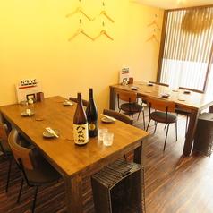 【3~4名様】ゆったりとくつろげつテーブル席。くっつけて最大10名様までご対応可能です。ご家族、ご友人との食事やご宴会まで。幅広くご要望にお応えします。