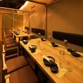 【接待×宴会】でご利用される場合が多いお席です。静かな安らげる空間となっております。席のみでのご利用も可能です。接待向きですが、少人数で宴会も可能です。コース料理はシェフが選び抜いた地鶏のコース料理を感応して見てください。12名様~20名様個室を結合して22名様まで可能!