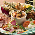 料理メニュー写真ヴォメロ風海の幸と山の恵み前菜盛り合わせ