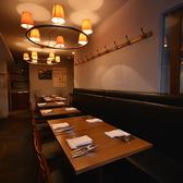 落ち着いたトーンのライティングが心地よい、こぢんまりとした大人のためのトラットリア。デートから14名様までのお食事まで対応可能なテーブル席です。※分煙(喫煙席:6席、禁煙席:24席)