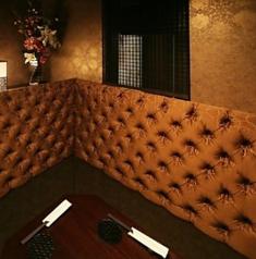 落ち着いた2人だけの空間で焼酎を楽しむゆったりとしたソファーのカップルシート個室です。